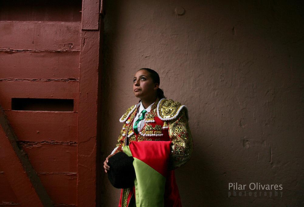 Mexico's  bullfighter Lulu De La Vega waits for a bullfight at Peru's historic Plaza deAcho bullring in Lima November 1, 2008. REUTERS/Pilar Olivares (PERU)