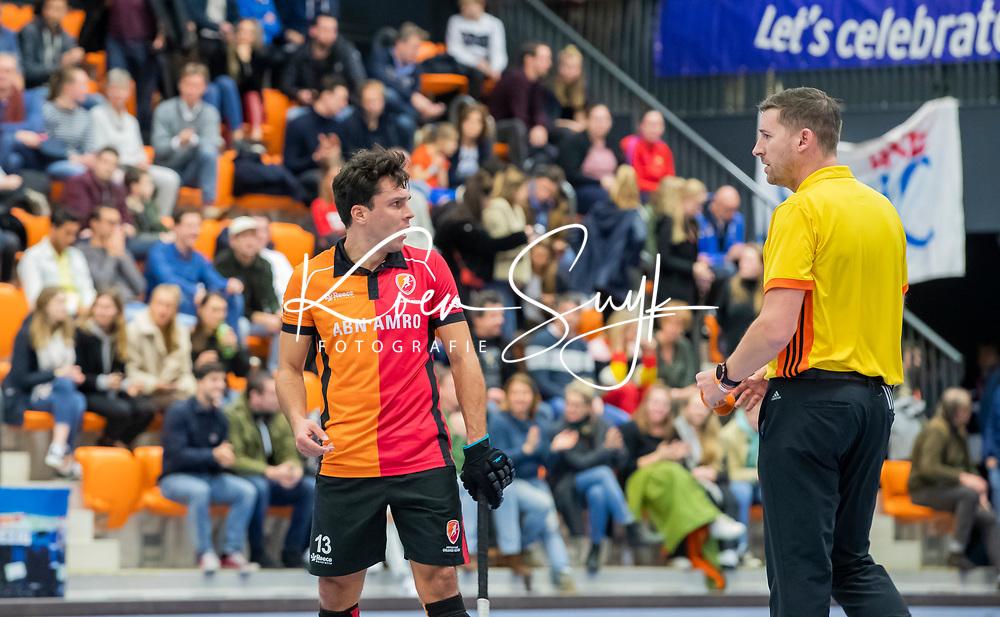 ROTTERDAM  - NK Zaalhockey,   halve finale heren Oranje Rood-SCHC (SCHC wint en plaatst zich voor de finale) . Benjamin Stanzl (Oranje-Rood) met Bart de Liefde    COPYRIGHT KOEN SUYK