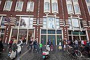 De winkels van C&amp;A en Primark aan het Damrak in Amsterdam. Vooral Primark staat onder druk om de omstandigheden waar de kleren worden gemaakt te verbeteren.<br /> <br /> Shops of C&amp;A and Primark at the Damrak in Amsterdam. Especially Primark is known for bad labour conditions for the workers in the garment industry.
