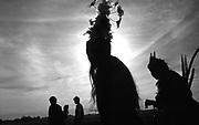 Índios guarani kaiowá expulsos de suas terras, dançando a dança da paz durante retomada de área indígena no Mato Grosso do Sul, MS..Indians Guarani kaiowá expelled of their lands, dancing the dance of the peace during retaking of indigenous area in Mato Grosso do Sul, MS.
