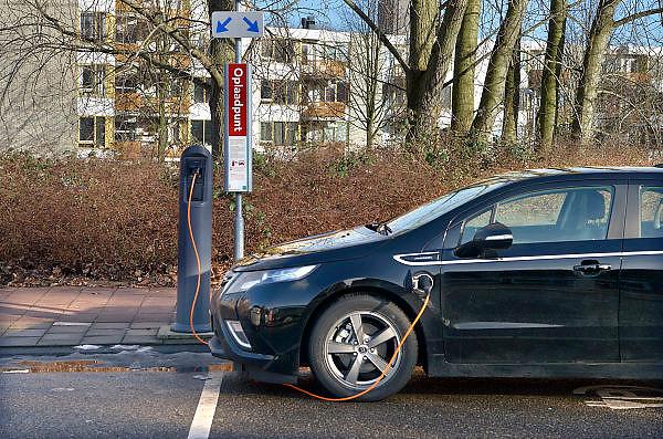 Nederland, Amsterdam, 18-2-2014Electrische auto staat op te laden aan een oplaadpaal.FOTO: FLIP FRANSSEN/ HOLLANDSE HOOGTE