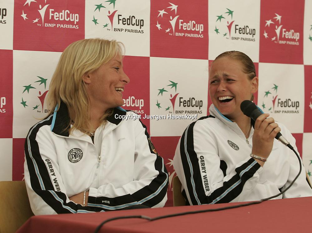 Fed Cup Germany - Croatia , ITF Damen Tennis Turnier in Fuerth, Wettbewerb der Mannschaft von Deutschland gegen Kroatien. Anna-Lena Groenefeld(GER) und Kapitaen Barbara Rittner amuesieren sich waehrend der Pressekonferenz,<br />lachen,Spass,lustig,<br />Foto: Juergen Hasenkopf<br />B a n k v e r b.  S S P K  M u e n ch e n, <br />BLZ. 70150000, Kto. 10-210359,<br />+++ Veroeffentlichung nur gegen Honorar nach MFM,<br />Namensnennung und Belegexemplar. Inhaltsveraendernde Manipulation des Fotos nur nach ausdruecklicher Genehmigung durch den Fotografen.<br />Persoenlichkeitsrechte oder Model Release Vertraege der abgebildeten Personen sind nicht vorhanden.