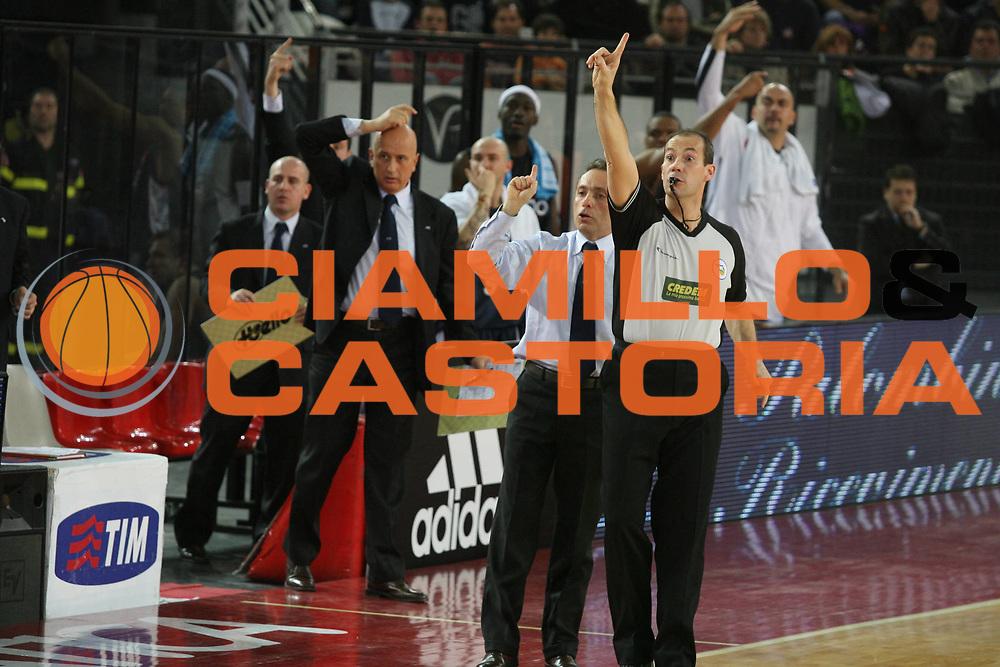 DESCRIZIONE : Roma Lega A1 2006-07 Lottomatica Virtus Roma Eldo Napoli <br /> GIOCATORE : Arbitro Bucchi <br /> SQUADRA : Eldo Napoli <br /> EVENTO : Campionato Lega A1 2006-2007 <br /> GARA : Lottomatica Virtus Roma Eldo Napoli <br /> DATA : 25/03/2007 <br /> CATEGORIA : Curiosita<br /> SPORT : Pallacanestro <br /> AUTORE : Agenzia Ciamillo-Castoria/G.Ciamillo