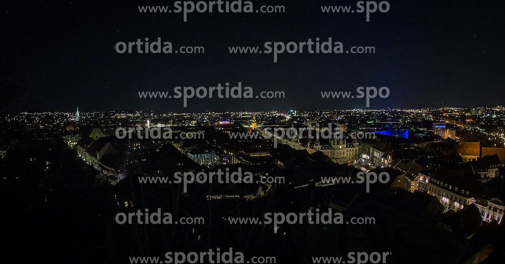 28.03.2015, Schlossberg, Graz, AUT, Earth Hour 2015, heute fand die weltweite Earth Hour statt die zum bewussten Umgang mit Energie aufrufen soll, im Bild die Innenstadt von Graz vor der Earth Hour // The city of Graz before the worldwide 'Earth Hour' at the Schlossberg, Graz, Austria on 2015/03/28, EXPA Pictures © 2014, PhotoCredit: EXPA/ Erwin Scheriau