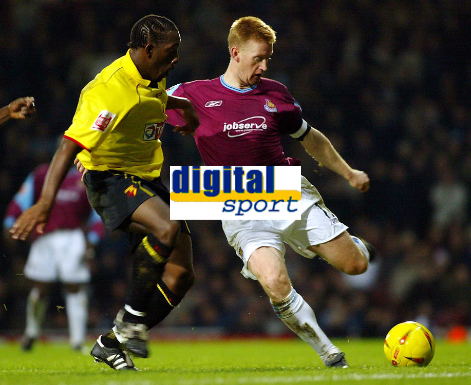 Fotball<br /> England 2004/2005<br /> Foto: SBI/Digitalsport<br /> NORWAY ONLY<br /> <br /> West Ham United v Watford<br /> Coca Cola Championship. 27/11/2004<br /> <br /> Steve Lomas tries to get the ball away as Lloyd Doyley closes in.