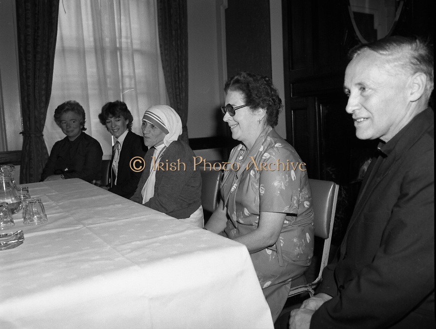 Mother Teresa of Calcutta speaks at press conference  organised by SPUC (Society for the Protection of Unborn Children)..1982-08-02.2nd August 1982.2/08/1982.08-02-82..Pictured at Wynns Hotel, Dublin..From Left:..Two SPUC officials.Mother Teresa.Menia Aitken, Development Officer for SPUC, Ireland.Fr Raymond Browne, C.C. Roscommon, SPUC National Executive Committee