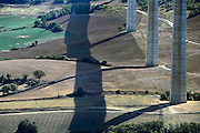 Frankrijk, Millau, 20-9-2008Het viaduct van Millau overspant het dal waar de rivier de Tarn doorheen loopt. Het verkeer hoeft niet meer door de stad te rijden. Het is een archtectonisch en technisch hoogstandje met pijlers hoger dan de Eiffeltoren en met een lengte van 2,5 kilometer.The viaduct of Millau spans the valley of the Tarn river runs through it. The traffic does not need anymore to drive through the city. It is a archtectonical and technical achievement, with pillars higher than the Eiffel Tower and a length of 2.5 kilometers. Ontwerp van Norman Foster.Foto: Flip Franssen/Hollandse Hoogte