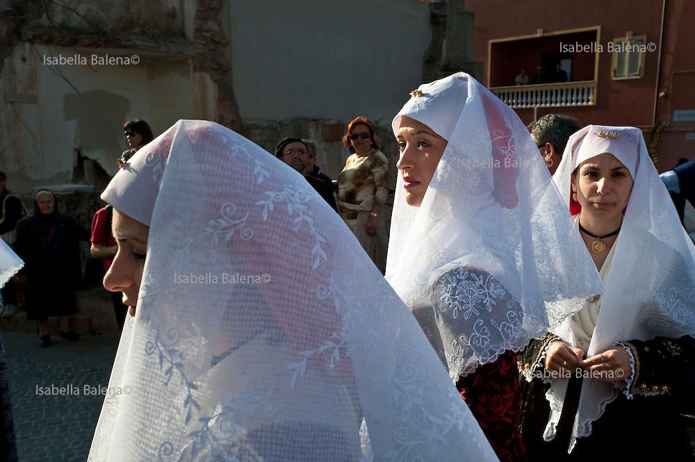 Sardegna, Italy.  Sant'Anticoco, Sulcis, provincia di Carbonia-Iglesias. Festa di Sant'Antioco, patrono della Sardegna. Donne in abito tradizionale durante la processione.