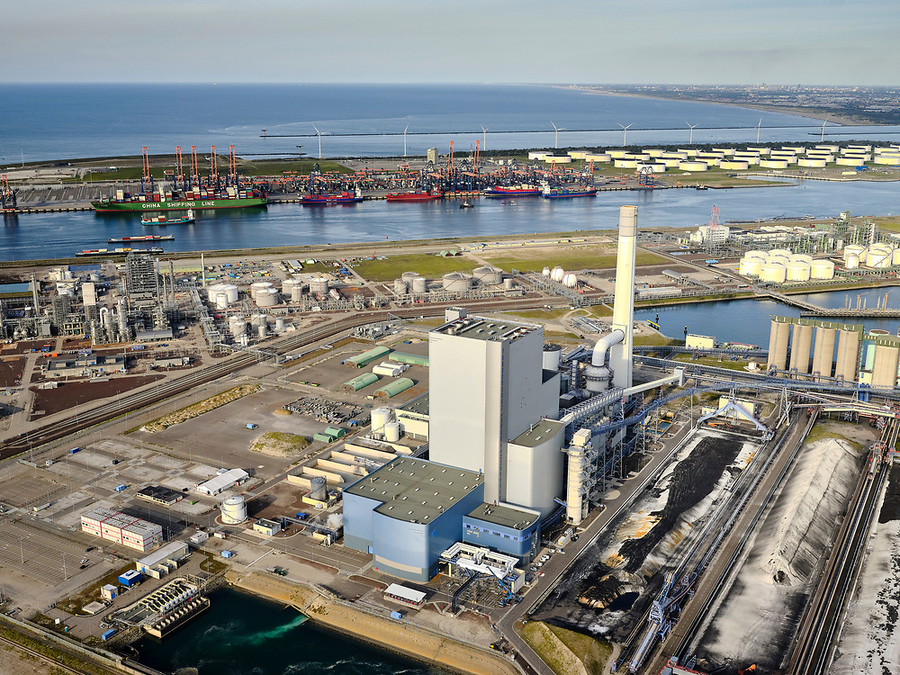 Nederland, Zuid-Holland, Rotterdam, 14-09-2019; Tweede Maasvlakte met  elektriciteitscentrale van Uniper, Maasvlakte Power Plant 3 (Kolen + Biomassa). Kolencentrale,<br /> Second Maasvlakte with power plant from Uniper, Maasvlakte Power Plant 3 (Coal + Biomass), a coal plant.<br /> <br /> luchtfoto (toeslag op standard tarieven);<br /> aerial photo (additional fee required);<br /> copyright foto/photo Siebe
