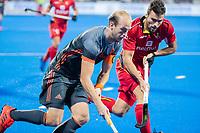 BHUBANESWAR, INDIA -  Billy Bakker (Ned)  met Simon Cougnard (Belgie) tijdens   de  finale tussen België en Nederland (0-0) bij het WK Hockey heren in het Kalinga Stadion. Belgie wint na shoot-outs. COPYRIGHT KOEN SUYK