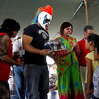 TOLUCA, México.- María Elena Barrera Tapia, alcaldesa de Toluca hizo entrega de un reconocimiento a los luchadores de la AAA Psycho Circus, por su apoyo a los programas de este municipio a favor de la niñez, y al mismo tiempo hicieron entrega de algunos juguetes. Agencia MVT / Crisanta Espinosa. (DIGITAL)