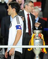 FUSSBALL EUROPAMEISTERSCHAFT 2008 Finale    Deutschland - Spanien    29.06.2008 Michael Ballack ( Deutschland) geht nach der 0:1 Niederlage am EM Pokal vorbei.