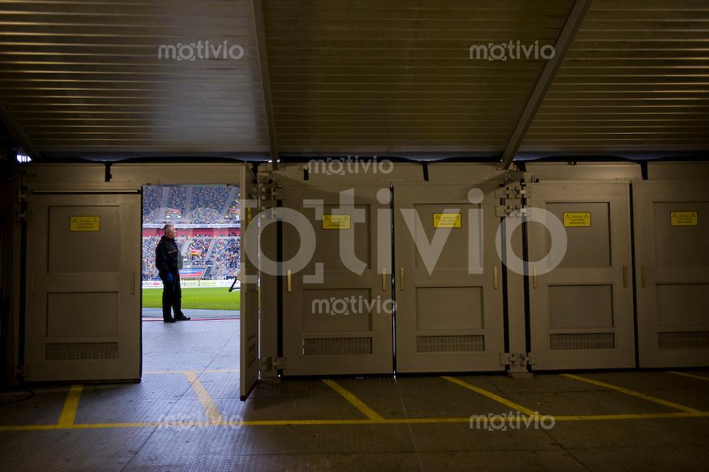 Fussball  1. Bundesliga  Saison 2008/2009    21. Spieltag     Bayer Leverkusen - Hamburger SV   22.02.2009   Blick in die LTU Arena durch den Fotografeneingang. Ein Ordner passt auf.
