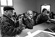 &copy;Javier Calvelo/ URUGUAY/ MONTEVIDEO/ Fotorreportaje/  Hospital de Ojos Saint Bois/ Fotorreportaje. El Hospital de Ojos Saint Bois paso ya las 1200 operaciones a uruguayos.<br /> El Director del Hospital de Ojos, Dr. Yamand&uacute; Berm&uacute;dez, me permitio hacer un seguimiento de los pacientes en las diferentes etapas dentro del hospital.<br />  Salud P&uacute;blica tiene pesquisados 3258 pacientes de Salud P&uacute;blica con indicaci&oacute;n quir&uacute;rgica, de esa cifra, unos 2712 son cataratas. El objetivo en lo inmediato es solucionar los casos de ceguera reversible como es el caso de las cataratas.<br /> El Hospital de Ojos integra el Plan de Salud Ocular por lo que resuelve toda la demanda asistencial, pero tambi&eacute;n cuenta con un Departamento de Prevenci&oacute;n que se ocupa de captar patolog&iacute;as de detecci&oacute;n precoz como la ambliop&iacute;a &oacute; p&eacute;rdida funcional de la vista que al d&iacute;a de hoy ser&iacute;a la segunda causa de ceguera en Uruguay. <br /> 2008-06-06 dia viernes<br /> foto: Javier Calvelo.