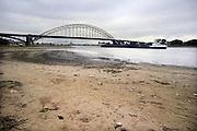 Nederland, Nijmegen, 23-9-2009Door de lage waterstand van de Rijn en Waal zijn grote zandstranden droog komen te liggen en is de vaargeul erg smal. Foto: Flip Franssen/Hollandse Hoogte