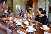 Koningin M&aacute;xima brengt een bezoek aan de Stichting Buurtgezinnen.nl in Amerongen. De stichting is &eacute;&eacute;n van de drie winnaars van een Appeltje van Oranje van het Oranje Fonds in 2017.<br /> <br /> Queen M&aacute;xima visits the Stichting Buurtgezinnen.nl in Amerongen. The foundation is one of the three winners of an Orange Orange Orange Orange Fund in 2017.