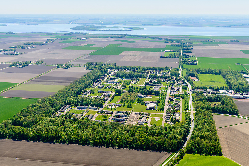 Nederland, Flevoland, Nagele, 07-05-2018; Dorp Nagele in de Noordoostpolder, bijna geheel ontworpen door moderne architecten van de architecten van De Acht en Opbouw. Aan de horizon Flevoland en Ketelmeer.<br />
