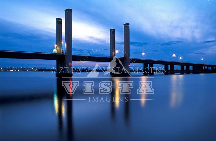 Ponte Getulio Vargas sobre o Lagoa Guaiba em Porto Alegre, Rio Grande do Sul, Brasil. foto de Ze Paiva/Vista Imagens.
