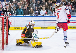 09.04.2019, Eisarena, Salzburg, AUT, EBEL, EC Red Bull Salzburg vs Vienna Capitals, Halbfinale, 6. Spiel, im Bild v.l.: Jean Philippe Lamoureux (Vienna Capitals), Thomas Raffl (EC Red Bull Salzburg) // during the Erste Bank Icehockey 6th semifinal match between EC Red Bull Salzburg vs Vienna Capitals at the Eisarena in Salzburg, Austria on 2019/04/09. EXPA Pictures © 2019, PhotoCredit: EXPA/ JFK