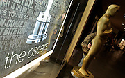 A fan poses with an Oscar statue at the Kodak Theatre as preparations are made for the 79th Academy Awards in Los Angeles, California February 19, 2007. The Oscars will be presented on Sunday, February 25.  REUTERS/Max Morse (UNITED STATES)