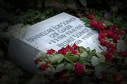 """THEMENBILD - Helmut Heinrich Waldemar Schmidt war ein deutscher Politiker der SPD. Von 1974 bis 1982 war er als Regierungschef einer sozialliberalen Koalition der fünfte Bundeskanzler der Bundesrepublik Deutschland, Hannelore """"Loki"""" Schmidt, geborene Glaser war eine deutsche Pädagogin und die Ehefrau von Helmut Schmidt, die sich durch ihre Leidenschaft für Biologie und Natur auch als Botanikerin, Natur- und Pflanzenschützerin betätigte. Hier im Bild Grabstein von Hannelore """"Loki"""" Schmidt und Helmut Schmidt umsaeumt von roten Rosen auf der Grabstaette Helmut Schmidt. Aufgenommen am 26. Dezember 2015 in Hamburg. // Helmut Heinrich Waldemar Schmidt was a German politician of the SPD. From 1974 to 1982 he served as head of government of a social-liberal coalition, the fifth Chancellor of the Federal Republic of Germany, Hannelore """"Loki"""" Schmidt, nee Glaser was a German teacher and the wife of Helmut Schmidt, who, through their passion for biology and natural as a botanist natural and Pflanzenschützerin operated. in this picture grave stone of Hannelore """"Loki"""" Schmidt and Helmut Schmidt surrounded by red roses on the tomb Helmut Schmidt. Hamburg, Germany on 2015/12/26. EXPA Pictures © 2016, PhotoCredit: EXPA/ Eibner-Pressefoto/ Hommes<br /> <br /> *****ATTENTION - OUT of GER*****"""