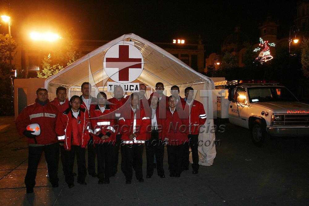 Toluca, Méx.- Paramedicos de la Cruz Roja en un puesto de socorros durante las festividades navideñas en Toluca. Agencia MVT / Mario Vazquez de la Torre. (DIGITAL)<br /> <br /> NO ARCHIVAR - NO ARCHIVE