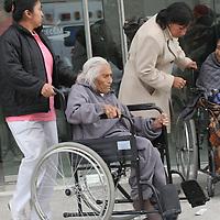 """LERMA, México.- La Secretaria de Desarrollo Social del Estado de México, en coordinación con la asistencia privada y la empresa Talleres Productivos para Discapacitados de Tecámac, entregaron en una primera etapa 850 sillas de ruedas a personas con capacidades diferentes, a través del programa """"Ruedas a la vida 2009"""". Agencia MVT / José Hernández. (DIGITAL)"""