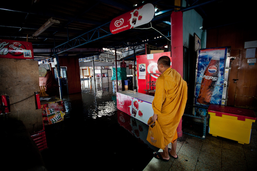 Prime Minister Yingluck Shinawatra told the crisis had now reached a critical point for Bangkok. The Chao Phraya River is already at record high level in places and many parts of the capital could be in danger by the weekend.///A buddhist monk examines the water level at Tha Chang Pier Market.