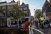 In Delft maken toeristen op de fiets een foto van de stad.<br /> <br /> In Delft tourists on the bike make a picture of the city scape.