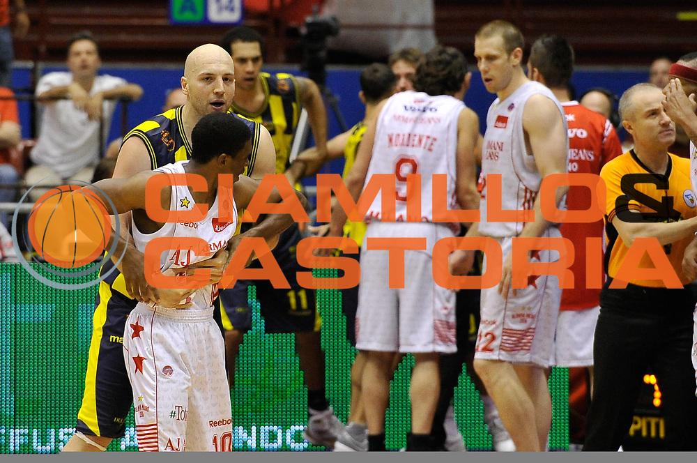 DESCRIZIONE : Milano Lega A 2009-10 Playoff Quarti di Finale Gara 2 AJ Milano Sigma Coatings Montegranaro<br /> GIOCATORE : Greg Brunner Morris Finley<br /> SQUADRA : AJ Milano<br /> EVENTO : Campionato Lega A 2009-2010 <br /> GARA : AJ Milano Sigma Coatings Montegranaro<br /> DATA : 22/05/2010<br /> CATEGORIA : Fairplay<br /> SPORT : Pallacanestro <br /> AUTORE : Agenzia Ciamillo-Castoria/DomenicoPescosolido<br /> Galleria : Lega Basket A 2009-2010 <br /> Fotonotizia : Siena Lega A 2009-10 Playoff Quarti di Finale Gara 2 AJ Milano Sigma Coatings Montegranaro<br /> Predefinita :