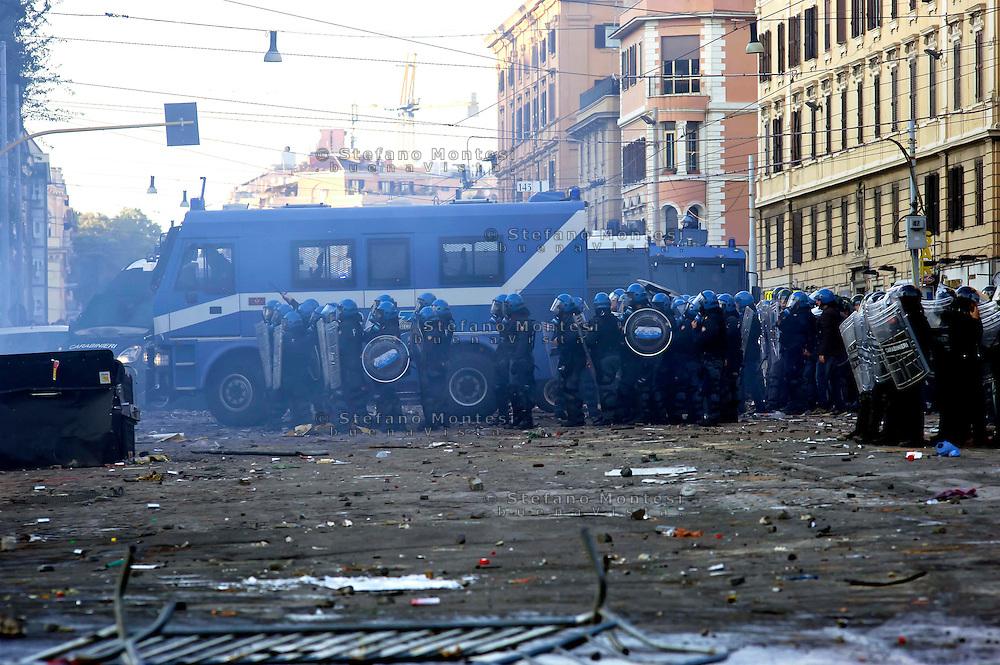 Roma  15 Ottobre 2011.Manifestazione contro la crisi e l'austerità.Scontri tra manifestanti e forze dell'ordine.Le forze dell'ordinein piazza San Giovanni