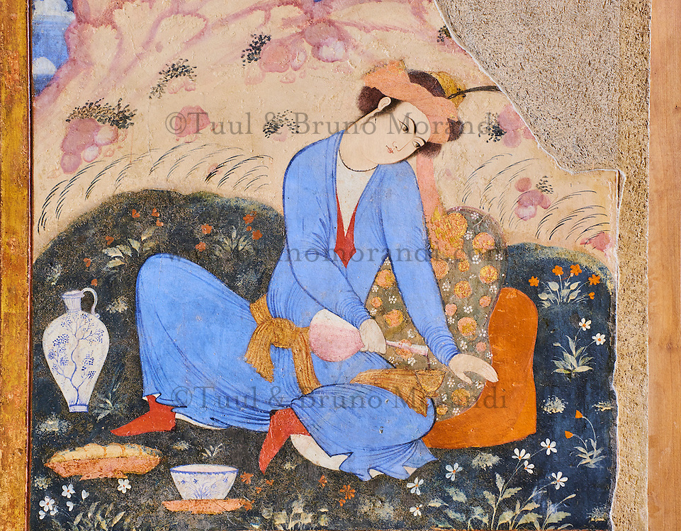 Iran, province d'Ispahan, Ispahan, Palais de Chehel Sotun, peinture murale, jeune homme persan servant du vin // Iran, Isfahan, Chehel Sotun palace, The Great hall or Throne hall painting, Persian man pourring wine