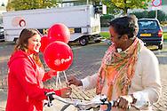 Nederland, Den Bosch, 20141101.<br /> Cheerleader meisje houdt rode ballonen op van de PvdA<br /> Fractievoorzitter van de PvdA Diederik Samsom en wethouder Jeroen Weyers van Den Bosch openen zaterdag om 15.00 uur het Repair Caf&eacute;.<br /> In de gemeente Den Bosch staan verkiezingsborden. Die zijn bedoeld voor de gemeenteraadsverkiezingen in Den Bosch, op woensdag 19 november. <br /> Vanwege de gemeentelijke herindeling van Maasdonk zijn de verkiezingen in Den Bosch pas op 19 november. Nuland en Vinkel komen bij Den Bosch, Geffen bij Oss. In Nuland en Vinkel zijn de verkiezingsborden al geplaatst. In totaal verschijnen 42 van deze grote borden in de gemeente. <br /> <br /> Netherlands, Den Bosch, 20141101.<br /> The city of Den Bosch are election signs. Intended for the municipal elections in Den Bosch, on Wednesday 19th November. <br /> Because of the municipal reorganization of Maasdonk the elections in Den Bosch until November 19th. Nuland and Leek come Den Bosch, Geffen at Oss. Nuland Leek and his election signs already posted. A total of 42 of these appear large signs in the municipality.