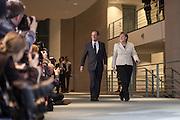 198 / Merkel empfaengt Hollande mit militaerischen Ehren im Bundeskanzleramt in Berlin: EUROPA, DEUTSCHLAND, BERLIN, 15.05.2012: Wenige Stunden nach der Amtseinfuehrung ist der franzoesische Praesident Hollande nach Deutschland gereist. Bundeskanzlerin Merkel begrueßte den Sozialisten am Abend mit militaerischen Ehren in Berlin. Anschließend zogen sich beide zum Gespraech zurück. Hauptthema des Treffens ist dem Vernehmen nach die Schuldenkrise in der Eurozone. Bei seinem Amtsantritt hatte Hollande verlangt, den Fiskalpakt mit seinen Sparauflagen um eine Wachstumsinitiative zu ergaenzen. - Marco del Pra / imagetrust - Stichworte: Stichwort, Model Release: No, Property Release:No, Amtsantritt, Amtseinfuehrung, Angela Merkel, Berlin, Bundeskanzlerin, Bundeswehr, DEUTSCHLAND, Eurozone, Fiskalpakt, Francoise Hollande, franzoesische Praesident, Gespraech, gipfel, Hollande, Kanzleramt, Krise, meeting, Merkel, Militaer, militaerischen Ehren, Parade, Praesident, Praesidenten, Schuldenkrise, Sozialisten, Sparauflagen, Treffen, Wachstumsinitiative
