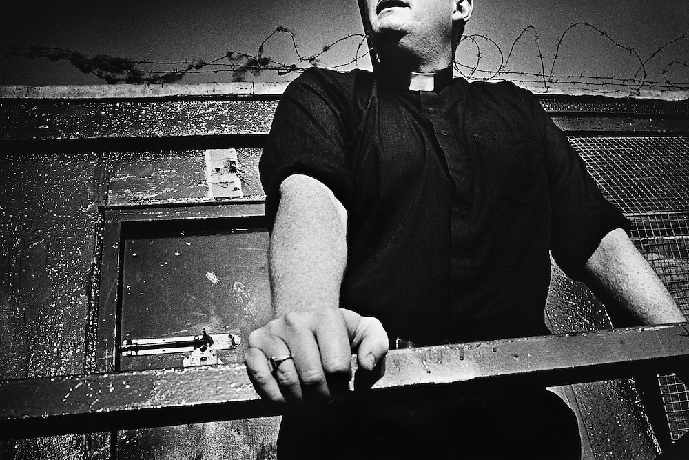 Father MacKinley, prêtre de Ballymurphy, Ouest-Belfast.