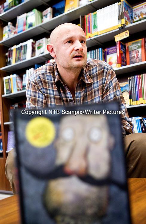 OSLO  20101026.<br /> Erlend Loe lanserer ny Kurt-bok, &quot;&ugrave;Kurt kur&Egrave;r&quot;. Som vanlig er det humoristisk, fantasifullt, sarkastisk - og nordlendingene f&Acirc;r kj&macr;rt seg i Loes nye bok. <br /> Erlend Loes Kurt er blitt et veldig popul&Ecirc;rt fenomen - ikke minst etter filmen og teaterforestillingen er han blitt en enda mer markant kultfigur. Den nye boka har som vanlig illustrasjoner av Kim Hiorth&macr;y.  <br /> Foto: Gorm Kallestad / Scanpix<br /> <br /> NTB Scanpix/Writer Pictures<br /> <br /> WORLD RIGHTS, DIRECT SALES ONLY, NO AGENCY