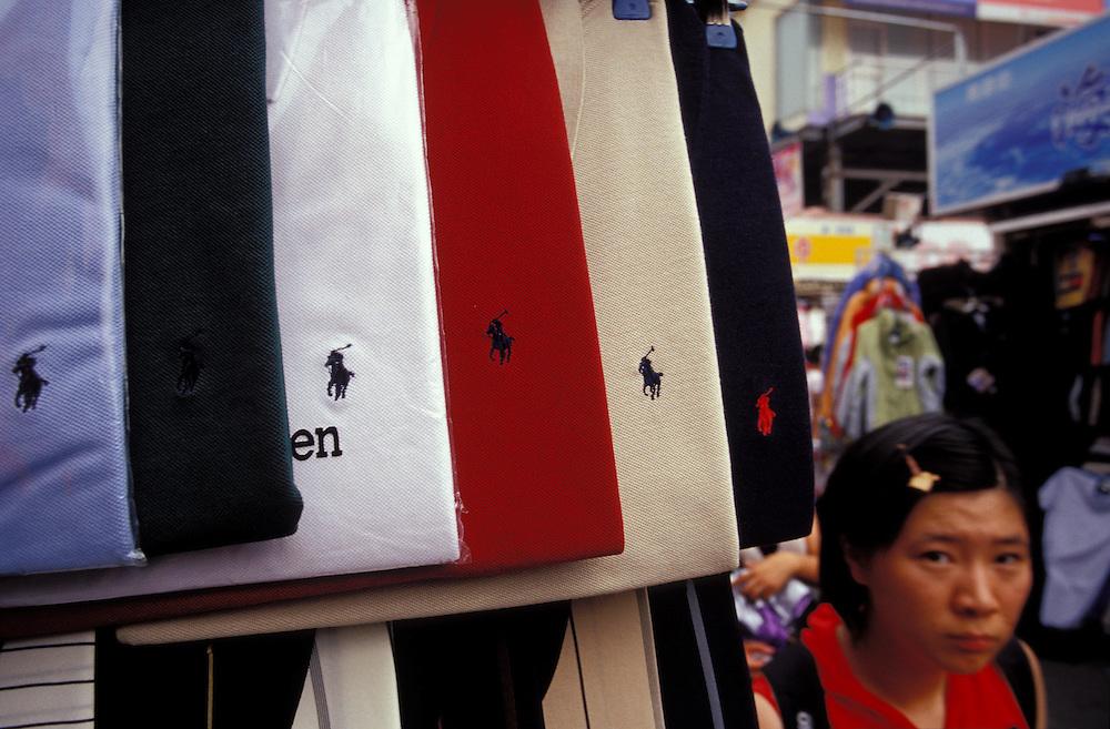 Julio 2005. Ropa de marca falsificada expuesta en un mercado callejero de Shanghai.