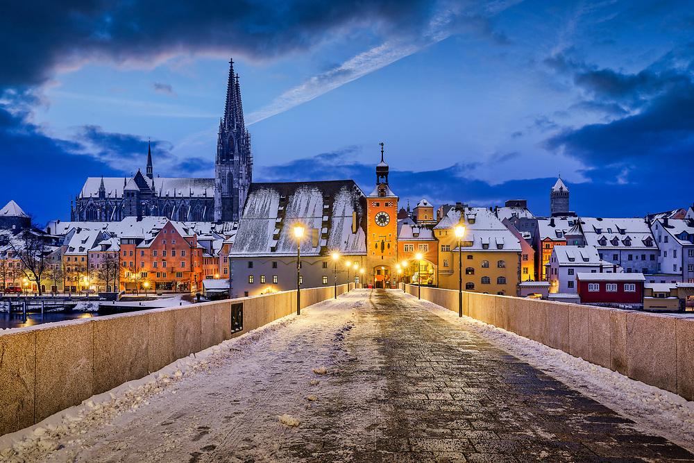 Die Steinerne Brücke in Regensburg ist ein Meisterwerk der mittelalterlichen Baukunst und verband den Stadtteil Stadtamhof mit der Regensburger Altstadt. Sie galt im Mittelalter als ein echtes Weltwunder und war sicherlich ein Grund für die Aufnahme Regensburgs in die UNESCO-Welterbeliste.
