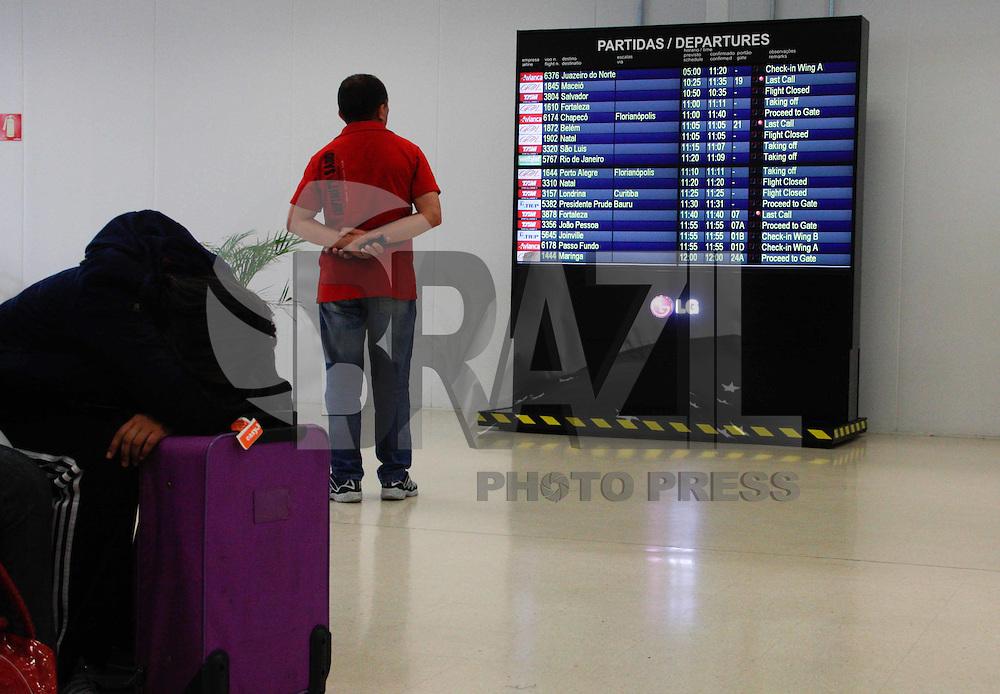 SAO PAULO, SP, 28 DE MARÇO DE 2012 - VOOS ATRASADOS - Passageiros aguardam no Aeroporto de Guarulhos tem vôos atrasados na manhã desta quarta-feira (28) devido ao mau tempo.  (FOTOS: AMAURI NEHN/BRAZIL PHOTO PRESS)