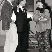 NLD/Bussum/19881222 - Sportverkiezing van het Jaar 1988 in het Spant, optreden, Yvonne van Gennip krijgt een troffee van Eric Heijden
