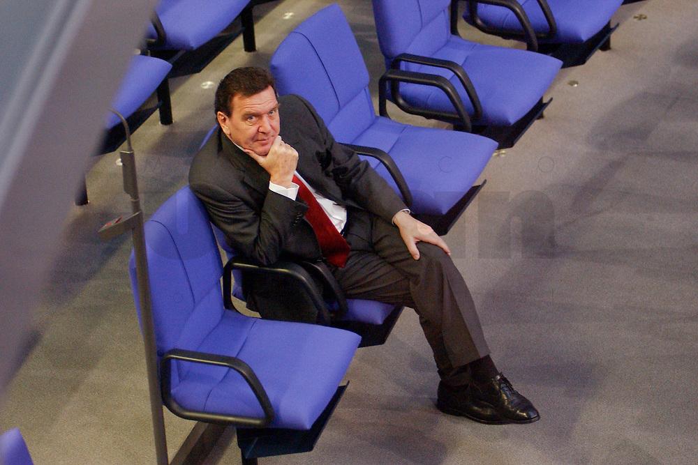 28 NOV 2001, BERLIN/GERMANY:<br /> Gerhard Schroeder, SPD, Bundeskanzler, sitzt in allein in den Reihen der SPD Fraktion, Bundestagsdebatte zum Haushaltsgesetz 2002, Etat des Bundeskanzlers, Plenum, Deutscher Bundestag<br /> IMAGE: 20011128-01-034<br /> KEYWORDS: Haushaltsdebatte, Debatte, Gerhard Schröder