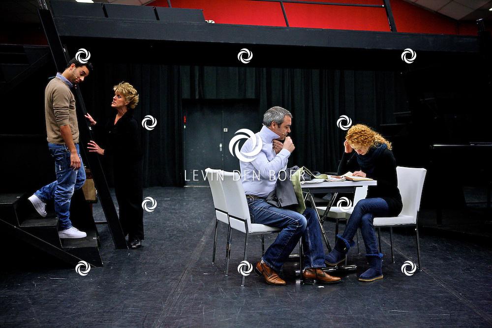 AMSTERDAM - In de Dutch Studio mocht vandaag de pers een kijkje nemen bij de repetities van de musical Next to Normal.   Met op de foto Simone Kleinsma, Freek Bartels, Rene van Kooten, Wim Van Den Driessche, Jonathan Demoor en Michelle van de Ven. FOTO LEVIN DEN BOER - PERSFOTO.NU