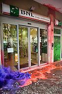 Roma 15  Maggio 2013.In  occasione della giornata europea contro le politiche di austerità, il coordinamento dei movimenti per la casa scende  nuovamente in piazza. Dal Tiburtino fino al ministero delle Infrastrutture: Tra le richieste avanzate dai movimenti, c'è la conversione del patrimonio immobiliare pubblico  inutilizzato in alloggi popolari, e l'acquisizione da parte del Comune delle migliaia di case sfitte presenti sul territorio dell'Urbe.Vetrina di una banca imbrattata con la vernice