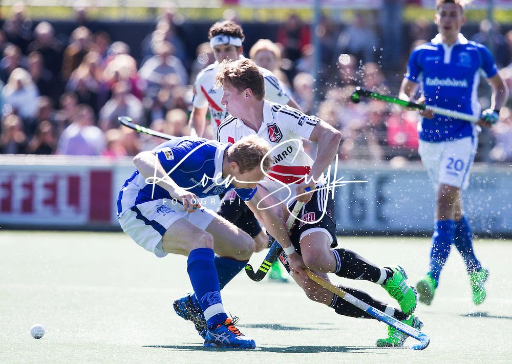 AMSTELVEEN -  Jan-Willem Buissant (A'dam)  met Erik Bouwens van Kampong    tijdens de 3e en beslissende  halve finalewedstrijd in de Play offs tussen Amsterdam en  Kampong (3-1) .  COPYRIGHT KOEN SUYK