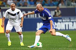 Zidane disputa lance com Roberto Carlos durante a 10ª edição do Jogo Contra a Pobreza - Match Against Poverty, na Arena do Grêmio, em Porto Alegre. FOTO: Lucas Uebel/Preview.com