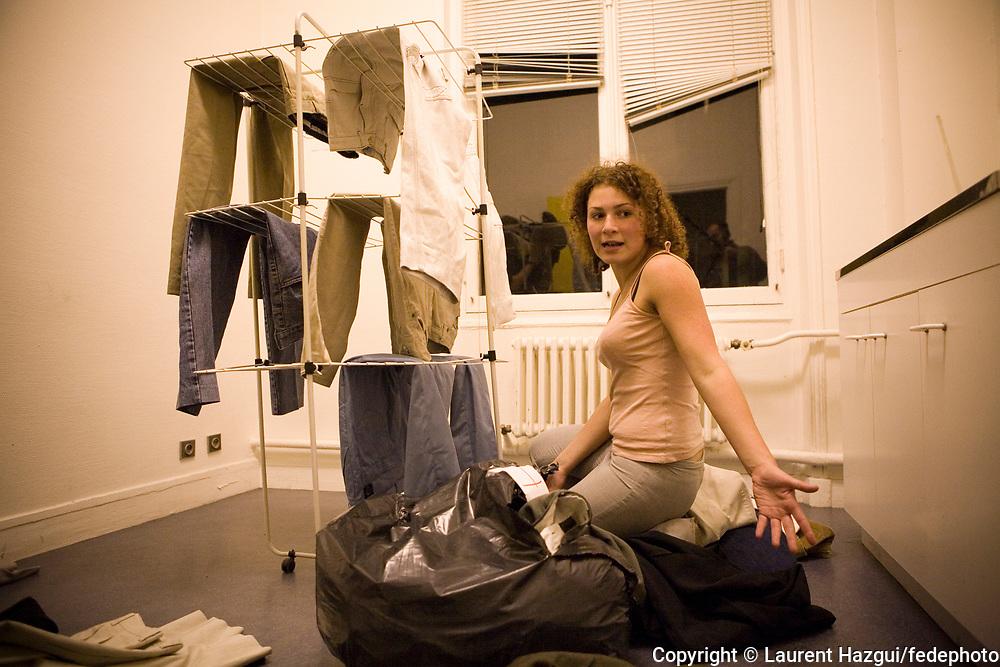 """Octobre 2007. Vie quotidienne au squat """"Cité U Montparnasse"""" ouvert par les associations MACAQ et Jeudi noir. Sabribna, étudiante mal logée."""