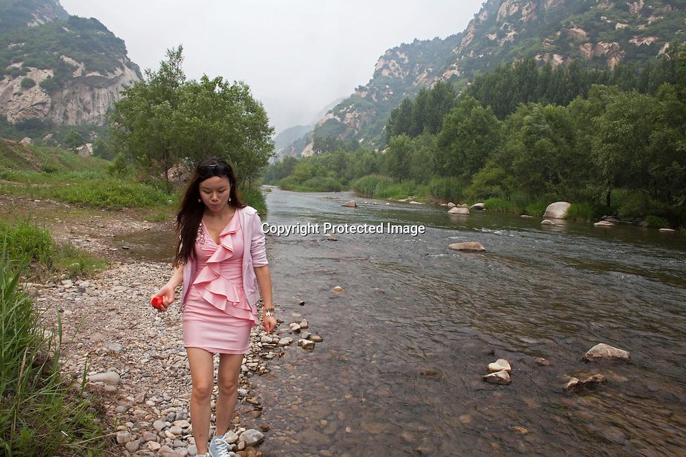 BEIJING, JUNE 24, 2013 :  Li Xiaohua haelt eine Ansprache vor den Mitgliedern seines Elite Clubs zu Beginn des Picknicks in Peking's Natur Reservoir Miyun vor. Li gruendete den Club vor einem Jahr . Mitglieder koennen nur per Einladung beitreten und muessen ein gewisses Einkommen nachweisen koennen.