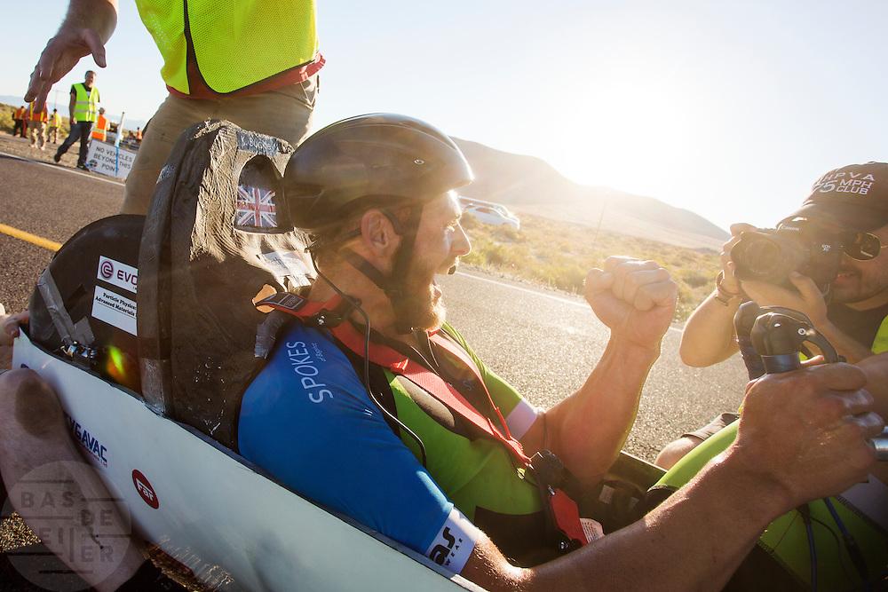 Ken Buckley in de Arion 2 op de vijfde racedag. In Battle Mountain (Nevada) wordt ieder jaar de World Human Powered Speed Challenge gehouden. Tijdens deze wedstrijd wordt geprobeerd zo hard mogelijk te fietsen op pure menskracht. Het huidige record staat sinds 2015 op naam van de Canadees Todd Reichert die 139,45 km/h reed. De deelnemers bestaan zowel uit teams van universiteiten als uit hobbyisten. Met de gestroomlijnde fietsen willen ze laten zien wat mogelijk is met menskracht. De speciale ligfietsen kunnen gezien worden als de Formule 1 van het fietsen. De kennis die wordt opgedaan wordt ook gebruikt om duurzaam vervoer verder te ontwikkelen.<br /> <br /> In Battle Mountain (Nevada) each year the World Human Powered Speed Challenge is held. During this race they try to ride on pure manpower as hard as possible. Since 2015 the Canadian Todd Reichert is record holder with a speed of 136,45 km/h. The participants consist of both teams from universities and from hobbyists. With the sleek bikes they want to show what is possible with human power. The special recumbent bicycles can be seen as the Formula 1 of the bicycle. The knowledge gained is also used to develop sustainable transport.