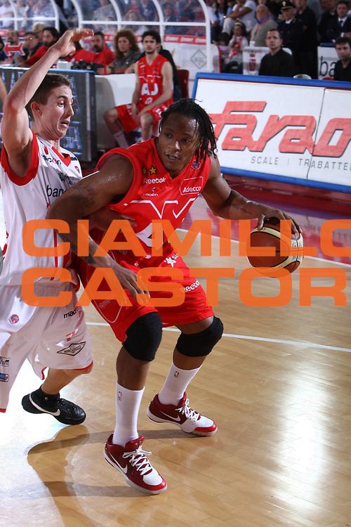 DESCRIZIONE : Teramo Lega A 2008-09 Playoff Quarti di finale Gara 1 Bancatercas Teramo Armani Jeans Milano<br /> GIOCATORE : David Hawkins<br /> SQUADRA : Armani Jeans Milano<br /> EVENTO : Campionato Lega A 2008-2009 <br /> GARA : Bancatercas Teramo Armani Jeans Milano<br /> DATA : 18/05/2009<br /> CATEGORIA : palleggio penetrazione <br /> SPORT : Pallacanestro <br /> AUTORE : Agenzia Ciamillo-Castoria/C.De Massis