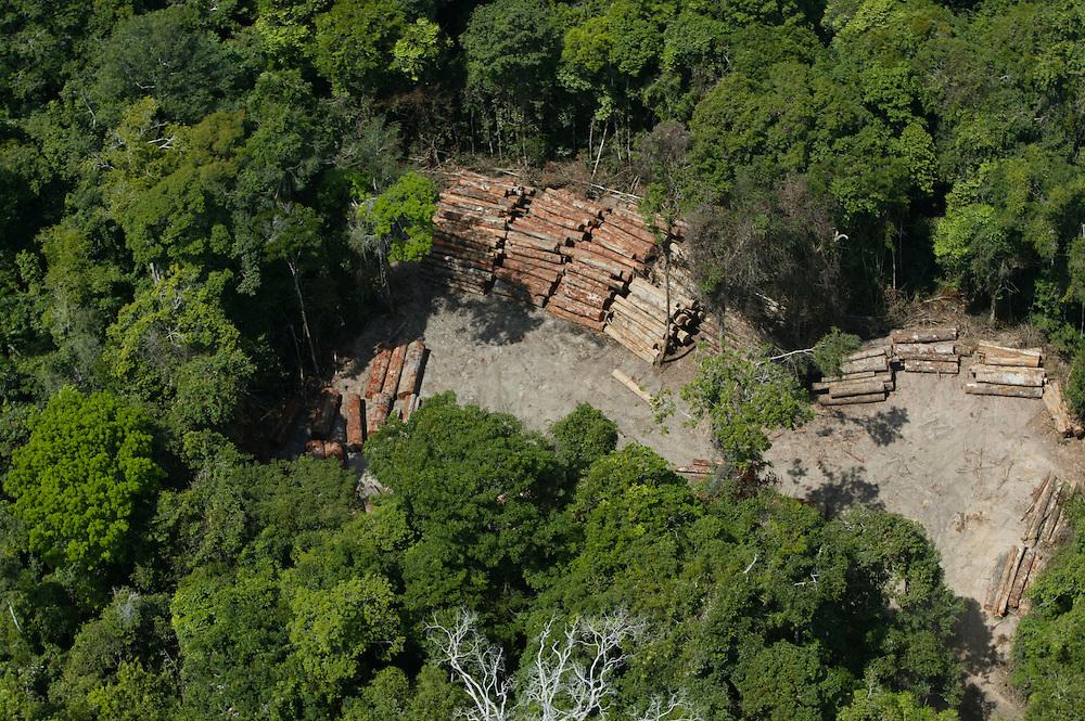 Nov. 15, 2003: Logging of forests on the Jaurucu River near Porto de Moz in Para State, Brazil. ©Daniel Beltra